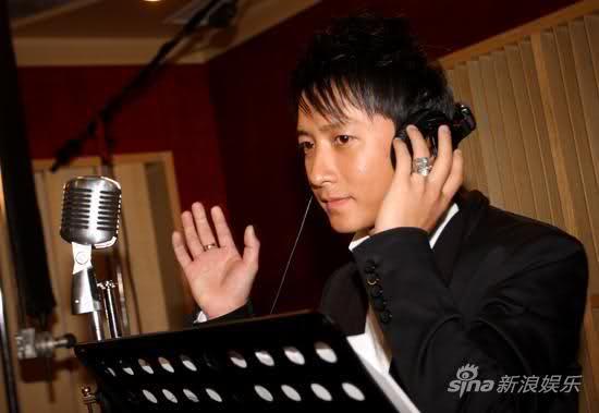 Han Geng menangis saat menyanyi